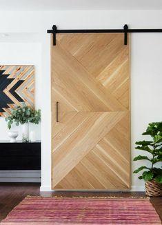 Porte coulissante avec un jeu de motifs triangulaires avec lattes bois - Designmag.fr