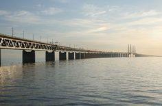 Öresund-Brücke, Schweden/Dänemark: Die Öresundbrücke verbindet Dänemark mit dem südschwedischen Schonen seit dem Jahr 2000. Hier etwas für Zahlenfreunde: Die Gesamtlänge des Brückenzuges beträgt 7845 Meter. Die Zufahrt zur mittleren Hochbrücke erfolgt über zwei Rampenbrücken. Die westliche Rampenbrücke mit einer Gesamtlänge von 3014 Metern besteht aus 22 Brückenfeldern, von denen 18 eine Stützweite von 140 Metern haben. Die 3739 Meter lange östliche Rampenbrücke besitzt 28 Öffnungen, von ...