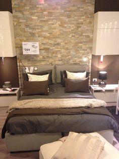 Bella camera da letto, in particolare per il muro in finti mattoni alle spalle del letto.