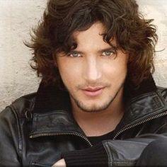 Manuel Carrasco, cantante, compositor y músico español nacido e Isla Cristina.