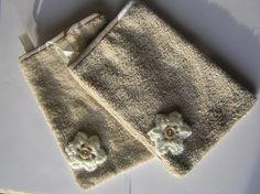 gants de toilette en tissu éponge couleur taupe avec fleur écru : Soin, bien-être par atelier-parisky