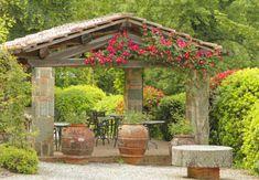 Mediterran angelegter Gartenpavillon.