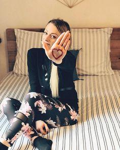 ❤️#CoeurSurLaMain : pour chaque photo publiée d'une main paume en avant avec un cœur dessiné dessus et le #CoeurSurLaMain sachez qu'1€ sera reversé au #PrixClarins engagé depuis 20 ans pour construire un meilleur avenir aux enfants ❤️ Je compte sur vous pour continuer la chaîne ! Taguez vos amis en commentaire pour reproduire ce geste de solidarité à leur tour  ____________________________________________________ #love #solidarite #latelierderoxane #jevousaime #heart #teamgourmandise Youtubers, Lacey, Photos, Stars, Outdoor, Recherche Google, Palm, 20 Years Old, Unicorns