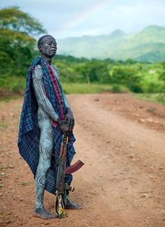 Surma warrior with near Turgit - Ethiopia French photographer Eric Lafforgue African Tribes, African Men, African Beauty, We Are The World, People Around The World, Eric Lafforgue, Tribal People, African Culture, East Africa
