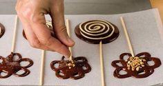 ^^  => Piruletas de chocolate Paletas Chocolate, Chocolate Garnishes, Chocolate Lollipops, Chocolate Desserts, Chocolate Work, Chocolate Molds, Stage Patisserie, Lollipop Recipe, Dessert Decoration