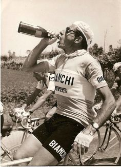 janchieta:    Fausto Coppi bebiendo Prosecco en medio de una prueba.