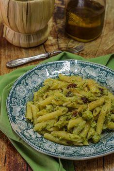Pasta e broccoli alla Siciliana - Con pinoli e mollica tostata Pasta E Broccoli, Italian Recipes, Pesto, Green Beans, Vegetables, Cooking, Tableware, Kitchen, Aglio