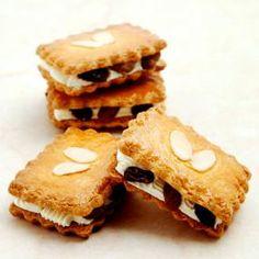 ラム酒で香りづけしたバタークリームを、さくさくのクッキーに挟んだちょっと大人向けのレーズンサンド。冷やして食べるのもおすすめです!
