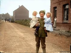 A British soldier befriends two French children during Ww1 Soldiers, Wwi, American Soldiers, American Civil War, Native American History, British History, Women In History, World History, Ancient History