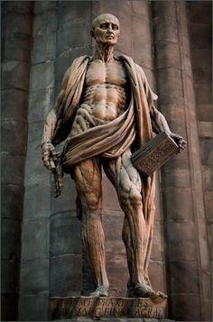 Niesamowita rzeźba oskórowanego św. Bartłomieja owiniętego własną skórą w Mediolanie