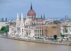 Die Donaumetropole Budapest hat uns nicht enttäuscht. Ich kann verstehen, dass die Ungarn stolz auf ihre Hauptstadt sind und sie als Königin der Donau sehen. Besonders städtebaulich hat sie in jeder Hinsicht viel zu bieten. Ein Baukasten schönster Architekturgeschichte......mehr unter: http://welt-sehenerleben.de/Archive/1706/budapest-prunkvoll-geschichtstrachtig-und-lebendig/