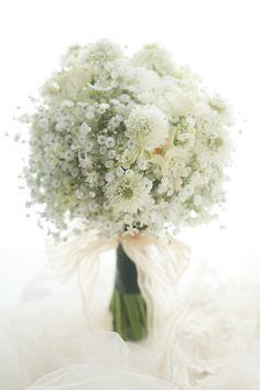 大粒のカスミソウをたくさんの中に、ちょこっと顔をのぞかせているのは一重のバラのオードリーといいます。明治記念館さまへのブーケでした。花嫁様はアンティークの...