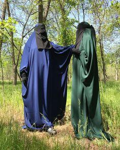 Издали в Наличии. Ткань Абайная. Расход ткани на Издаль 3.40. На рукавах манжеты. Подбородок и бондана из тянучей ткани как на… Hijab Hipster, Hijab Collection, Face Veil, Cream Aesthetic, Niqab, Hijab Fashion, Raincoat, Abayas, Islamic