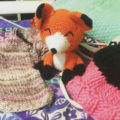 Tutorial Paso a Paso de Gorro de Lana Fácil a Dos Agujas Knitting Paterns, Crochet Patterns, Zentangle, Baby Dress, Crochet Baby, Dinosaur Stuffed Animal, Teddy Bear, Toys, Animals