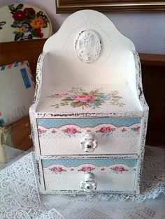 Idea for the shelf frim the thrift store Shabby Chic Crafts, Vintage Crafts, Shabby Chic Decor, Small Furniture, Painted Furniture, Decoupage Wood, Small Jewelry Box, Creation Deco, Pretty Box