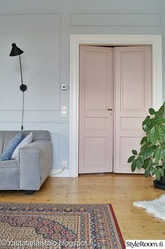 Dusty pink double doors in our livingroom. I just love this colour. Vintage Country, Double Doors, Cottage Chic, Dusty Pink, Vintage Furniture, Interior Inspiration, Real Estate, Colours, Living Room
