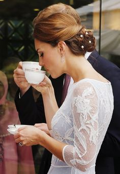 Did you know that Kate Middleton, before she became Catherine, Duchess of Cambridge, took etiquette classes on how to behave and act like royalty? The former commoner had to learn how to sit, get out of a car, hold a teacup properly, and of course curtsey, before walking down the aisle with her very