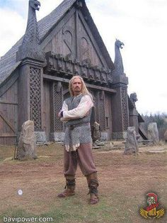 Man in front of a Norse/Viking building. Arte Viking, Viking Men, Viking Warrior, Viking Ship, Viking Beard, Viking House, Viking Life, Viking Hall, Les Runes