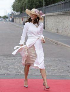 Para la botadura de un nuevo barco en el puerto de Copenhague la princesa Mary de Dinamarca lució un abrigo blanco y un tocado que recordaba un po...