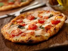This bit of history goes back to BC! give it a read! A Slice of History: Pizza Through the Ages. Did you know pizza took the United States by storm before it became popular in its native Italy? Pizza Recipes Uk, Gluten Free Recipes, Whole Food Recipes, Vegetarian Recipes, Cooking Recipes, Healthy Recipes, Veggie Recipes, Pizza Legal, Pizza Cool