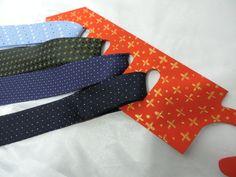 Cabide de madeira em formato de gravata para guardar com sofisticação suas gravatas e cintos.  Diversas cores a sua escolha.  Nesta promoção, o cabide acompanha uma gravata.  Ótima dica para o presente do Dia dos Pais. R$ 40,00