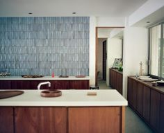 Required Reading: Tile Makes the Room: Good Design from Heath Ceramics - Remodelista Heath tile pattern Heath Ceramics Tile, Heath Tile, Midcentury Modern, Modern Kitchen Backsplash, Backsplash Design, Blue Backsplash, Decor Interior Design, Interior Decorating, Mid Century Modern Kitchen