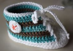 Moas Lovely: Crocheted Converse to the little baby . Knitting For Kids, Baby Knitting, Crochet Baby, Knit Crochet, Doll Clothes Patterns, Clothing Patterns, Baby Converse, Baby Patterns, Crochet Patterns