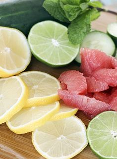 Looking for some detox water recipes that will help you lose weight? Here are 11 detox water recipes that will clear your skin and flush toxins. Week Detox Diet, Detox Diet Drinks, Detox Diet Plan, Cleanse Diet, Stomach Cleanse, Detox Smoothies, Health Cleanse, Healthy Smoothies, Healthy Recipes