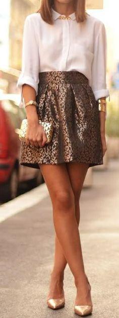 Style vestimentaire élégant, jupe courte, or, chemisier blanc, bijoux, chaussures et pochette doré