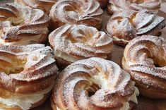 Vă prezentăm astăzi rețeta unei prăjituri ușoare și delicioase cu cremă gingașă și aromă de vanilie exact ca în anii copilăriei!Inelele se vor potrivi ideal pentru un dejun cu o ceașcă de ceai aromat sau o cafea de dimineață. Echipa Bucătarul.tv vă dorește poftă bună alături de cei dragi!  Autor text:Bucătarul.tv Printare Cake Recipes, Snack Recipes, Dessert Recipes, Cooking Recipes, Desserts, Russian Recipes, Italian Recipes, Romanian Food, Sweet Bread