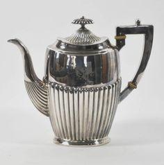 KAFFEEKANNE klassizistische Form mit getriebenem Rillendekor, versilbert, H.19cm — Silber