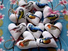 Biele textilné srdiečka s farebnými vtáčikmi, vyrobené decoupage technikou na textil, pevne zafixované na látke, doplnené špagátikom na zavesenie, môžem dodať s farebnými mašličkami, alebo bez (vi...