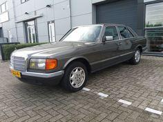 Mercedes-Benz - 280 SE - 1983  Mercedes 280 SE.6 cilinder 2746cc.Automaat.Bouwjaar 01-02-1983.Kenteken 1-GGJ-4Chassisnummer WDB1202212081103.Auto is in algemeen goede staat motor loopt netjes automaat is goed.Beetje werk aan de achterste wielkast randen (zie foto's)Foto's zijn onderdeel van de omschrijving.Opties:- Stuurbekrachtiging.- Elektrische ramen voorste ramen moeten gangbaar gemaakt worden de raammotoren werken wel.- Centrale vergrendeling.- Cruise control.- Automaat.W126 is een…