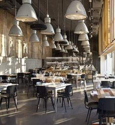 Gaaf die industrielampen in een restaurant! www.old-basics.nl verkoop allerlei soorten industrielampen