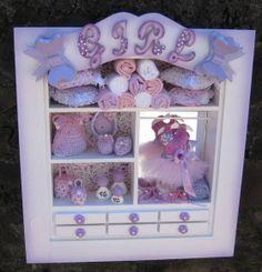 ENFEITE PORTA MATERNIDADE,CLOSET BAILARINA,COM MINIATURAS DO GUARDA ROUPINHA DO BEBE ,EM MDF,PLAQUINHA COM NOME DO BEBE R$ 307,54 Miniature Rooms, Shadow Box Frames, Cold Porcelain, Christmas 2017, Homemade Gifts, Dollhouse Miniatures, Diy And Crafts, Projects To Try, Baby Shower