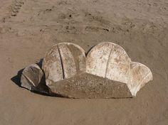 Vue du fragment de chapiteau palmiforme mis au jour dans la zone du Lac Sacré du temenos de Mout, prise en novembre 2011 (Cliché MFFT / Christelle Desbordes)