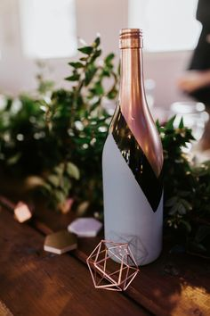 DIY spray-painted wine bottles made gorgeous table accents with pops of copper Image by Carmen Lopez Photography Wine Bottle Art, Glass Bottle Crafts, Diy Bottle, Wine Bottle Centerpieces, Wedding Wine Bottles, Wine Bottles Decor, Decorating Wine Bottles, Diy Centerpieces, Spray Painted Bottles