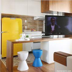 Cozinha integrada - neutros + detalhes de cores vibrantes, como azul e amarelo