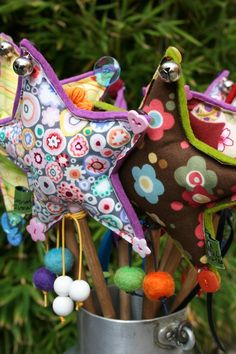 Cute for a fairy party ! alice you need your own vintage fabric fairy wand for making all those dreams come true plus it would be a quirky cute alternative to bridesmaid bouquet Sewing Crafts, Sewing Projects, Star Wand, Fairy Wands, Fairy Birthday Party, Diy Gifts For Friends, Creation Couture, Creative Activities, School Gifts