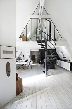 sous les toits de Paris Loft in Paris kitchen and dining room in black and white. Love the spiral staircase in the middle.Loft in Paris kitchen and dining room in black and white. Love the spiral staircase in the middle. Deco Design, Design Case, Design Moderne, Studio Design, Design Design, Style At Home, Loft Style Homes, Loft Paris, Duplex Paris