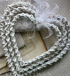 Плетение из газет Newspaper Craft Basket, Paper Basket Weaving, Willow Weaving, Newspaper Crafts, Diy Paper, Paper Art, Basket Crafts, Magazine Crafts, Wicker Hearts