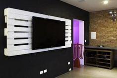 Palettes fixées au mur pour un meuble TV original