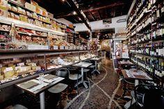 Institution ! Une salumeria (150 variétés de charcuterie et 300 fromages artisanaux d'excellence) en trois volumes (boutique avec tables devant le ...