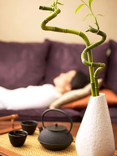 """11 feng shui tips What if rejuvenating your life was as simple as moving a few things around? According to the ancient Chinese art of feng shui (pronounced """"fung shway""""), it is. Feng Shui Bedroom Tips, Feng Shui Tips, Casa Feng Shui, Consejos Feng Shui, Feng Shui History, Fen Shui, Deco Zen, How To Feng Shui Your Home, Zen Style"""