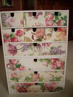 Image discovered by Luchi Morson. Decoupage Drawers, Cardboard Drawers, Dresser Drawers, Crafts With Pictures, Paper Crafts, Diy Crafts, Diy Box, Vintage Shabby Chic, Craft Storage