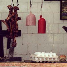 """Huesos, huevos y mortadella racionados en """"carnicería estatal"""" de La Habana, Cuba para el pueblo que desfila y apoya al régimen """"voluntariamente"""""""