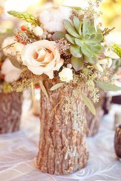 Espero que las piezas del centro sea muy sencillo y tengan muchas flores. Quiero piezas del centro como este foto porque me gusta el tocón del árbol.