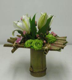 Bouquet tutorial on grating () - Modern Floral Arrangements, Christmas Flower Arrangements, Beautiful Flower Arrangements, Flower Centerpieces, Art Floral, Deco Floral, Design Floral Moderne, Modern Floral Design, Ikebana