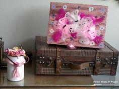 Caja de cartón diseñada con mariposas de plumas , acabados en pintura acrílica .  Esta caja puede ser utilizada como alájero