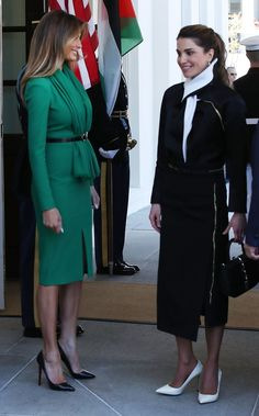 First lady Melania Trump welcomes Queen Rania of Jordan at the West Wing of the White House on April 5 2017 in Washington DC Later today President. Queen Rania, First Lady Melania Trump, Trump Melania, Queen Dress, Kitenge, Designer Gowns, Cheongsam, Looks Style, Royal Fashion